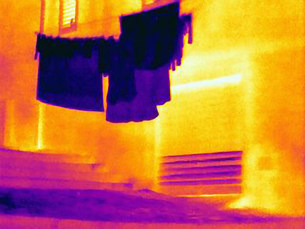 Thermal image of clothes hanging outsideの写真素材 [FYI03585505]