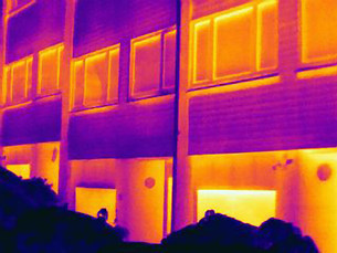 Thermal image of apartment buildingsの写真素材 [FYI03585521]
