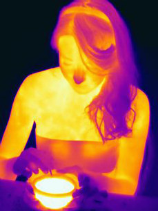 Thermal image of woman having cup of teaの写真素材 [FYI03585538]