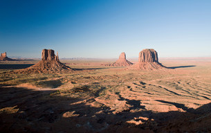 Landscape of monument Valley Navajo Tribal Park, Utah, USAの写真素材 [FYI03585774]