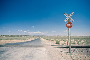 Railroad crossing in New Mexico, USAの写真素材 [FYI03585777]