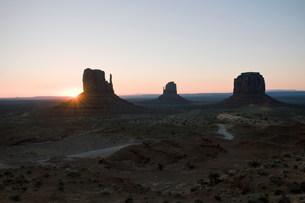 Sunset over Monument Valley Navajo Tribal Park, Utah, USAの写真素材 [FYI03585779]