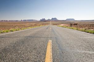 Road through Monument Valley Navajo Tribal Park, Utah, USAの写真素材 [FYI03585783]
