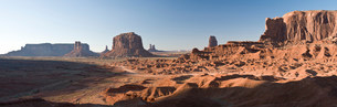 Landscape of monument Valley Navajo Tribal Park, Utah, USAの写真素材 [FYI03585804]