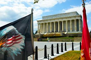 Eagle flag and Lincoln Memorial, Washington DC, USAの写真素材 [FYI03585821]