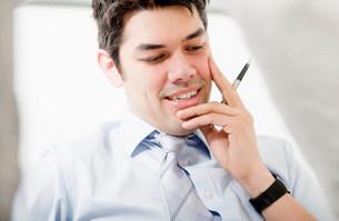 Portrait of man holding penの写真素材 [FYI03585979]