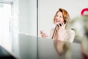 Receptionist on landline telephoneの写真素材 [FYI03585981]