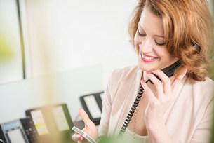 Receptionist on landline telephoneの写真素材 [FYI03585983]