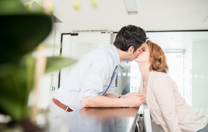 Man kissing receptionistの写真素材 [FYI03585984]