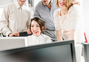 Office colleagues looking at computerの写真素材 [FYI03586001]