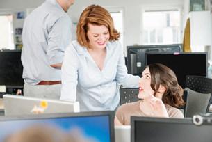 Colleagues talking in officeの写真素材 [FYI03586009]
