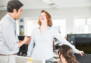Colleagues laughing in officeの写真素材 [FYI03586010]