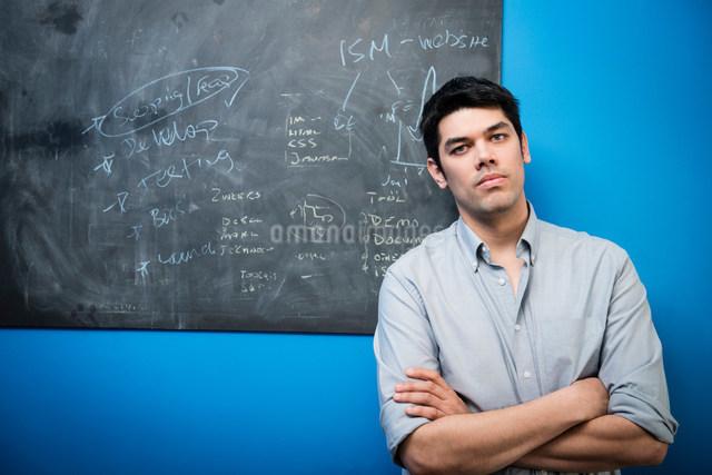 Businessman in front of blackboardの写真素材 [FYI03586031]