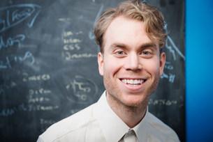 Businessman in front of blackboardの写真素材 [FYI03586032]