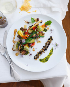Plate of salad with zucchini, green beans, eggplant and balsamic vinegarの写真素材 [FYI03586491]