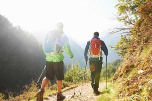 Two men hiking, Chamonix, Haute Savoie, Franceの写真素材 [FYI03586530]