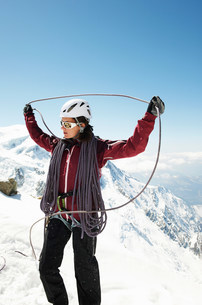 Mid adult woman holding climbing ropeの写真素材 [FYI03586565]