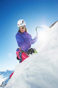 Female mountain climber using ice pickの写真素材 [FYI03586594]