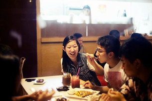Friends eating dessert in cafeの写真素材 [FYI03586596]