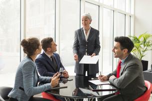 Businesswoman explaining to business team in boardroom meetingの写真素材 [FYI03586791]