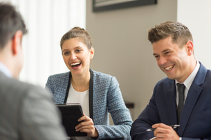 Businessmen and woman having office meetingの写真素材 [FYI03586793]