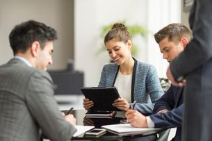 Businessmen and women having office meetingの写真素材 [FYI03586794]