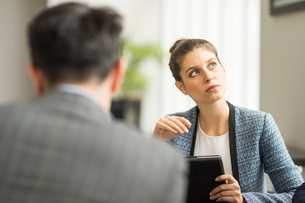 Businessman and woman in office meetingの写真素材 [FYI03586796]