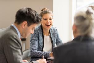 Businessman meeting female colleagues in boardroomの写真素材 [FYI03586800]