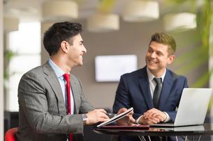 Two businessmen meeting in boardroomの写真素材 [FYI03586804]