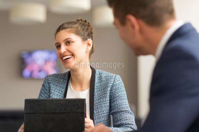 Businesswoman meeting male colleague in boardroomの写真素材 [FYI03586805]