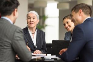 Over shoulder view of business team meeting in officeの写真素材 [FYI03586849]