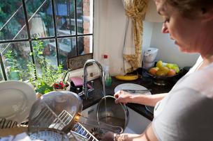 Woman washing dirty dishesの写真素材 [FYI03586962]