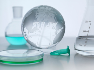 Globe with laboratory flasks and petri dishの写真素材 [FYI03587037]