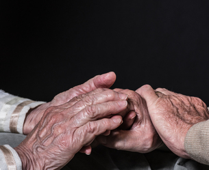 Hands of senior woman and manの写真素材 [FYI03587212]