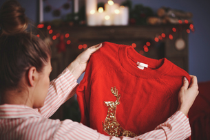 Woman holding christmas jumperの写真素材 [FYI03587234]