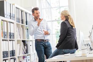 Male designer explaining idea to female colleague in creative studio meetingの写真素材 [FYI03587401]