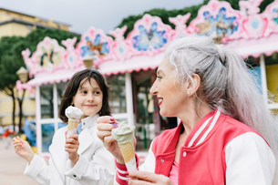 Mature woman and girl eating ice cream cones outside ice cream parlour, Florence, Italyの写真素材 [FYI03587706]