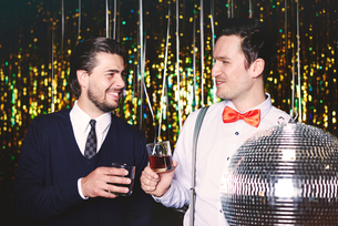 Two men at party, holding drinksの写真素材 [FYI03587809]