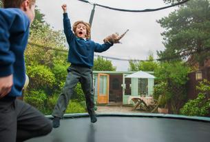 Boys playing on trampolineの写真素材 [FYI03587996]