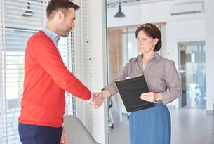 Man shaking hands at job interviewの写真素材 [FYI03588379]
