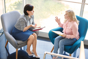 Business women having discussion in meetingの写真素材 [FYI03588386]