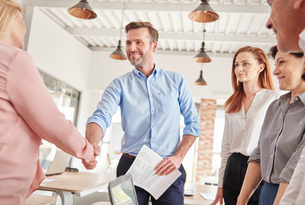 Business people in office shaking handsの写真素材 [FYI03588422]