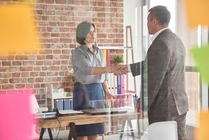Business people in office shaking handsの写真素材 [FYI03588431]
