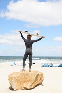 Kite surfer in wetsuit with surf board, Hornb詭, Hovedstaden, Denmarkの写真素材 [FYI03588512]