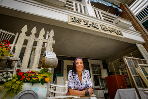 Portrait of female shop keeper at front porch shabby chic shopの写真素材 [FYI03588916]