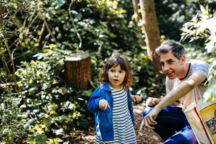 Father and little girl enjoying nature walkの写真素材 [FYI03589311]