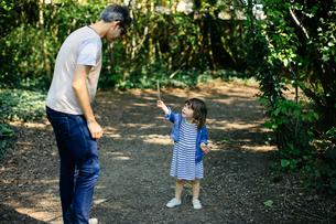 Father and little girl enjoying nature walkの写真素材 [FYI03589317]