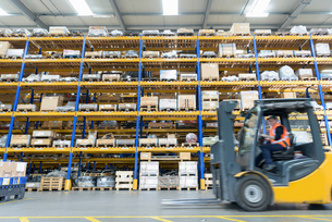 Female forklift truck driver in train works warehouseの写真素材 [FYI03589680]