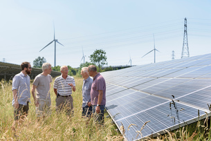 Local community members discussing their solar farmの写真素材 [FYI03589691]