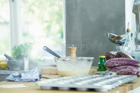 Still life of mixing bowl with whisk, and baking trayの写真素材 [FYI03590015]